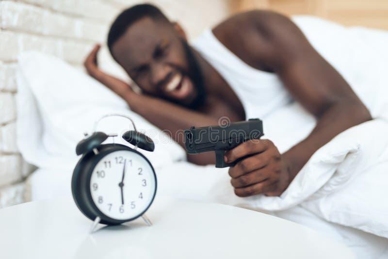 Ilsken man för afrikansk amerikan med vapensyften arkivfoto