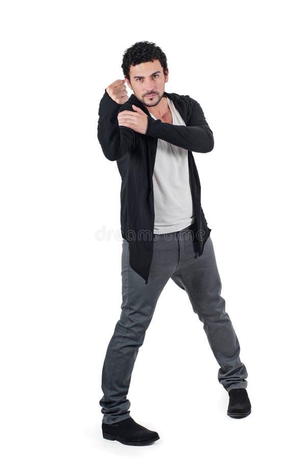 Ilsken man som gör en gest den lyftta näven hota hot arkivfoto