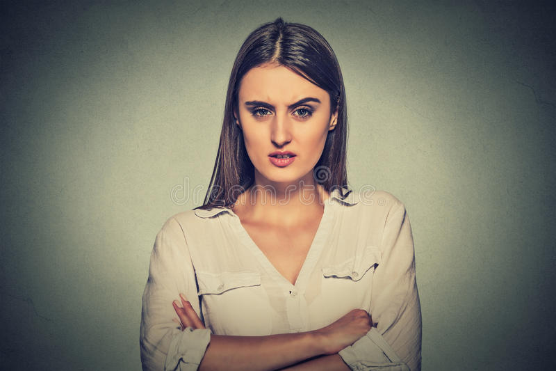 Ilsken missnöjd kvinna på grå bakgrund arkivbilder