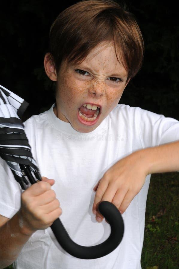 ilsken pojke arkivfoto