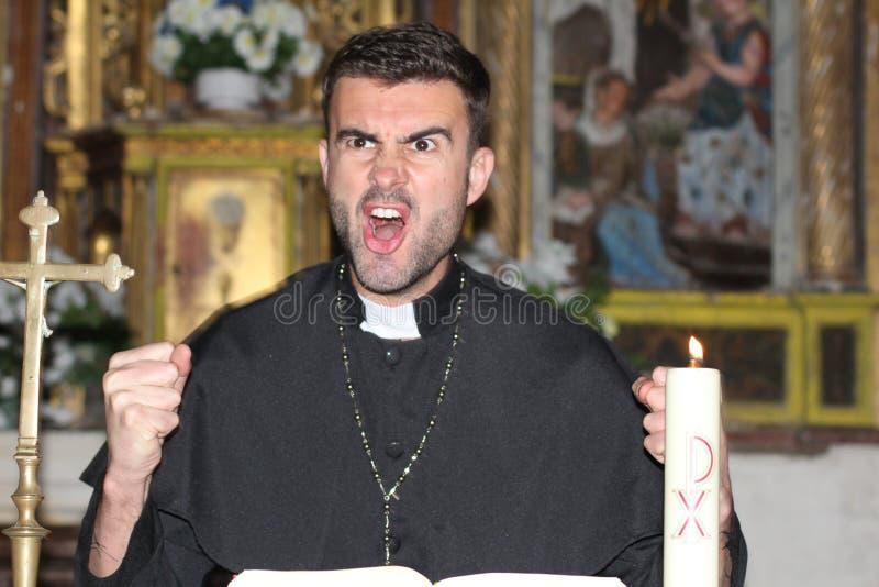 Ilsken präst som ut högt ropar royaltyfri foto