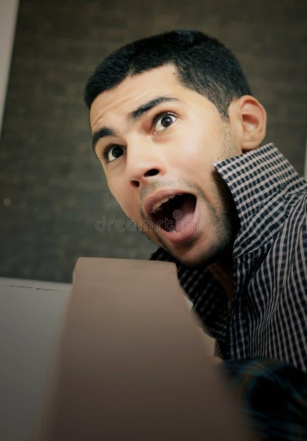Ilsken rasande arabisk egyptisk ung affärsman royaltyfria foton