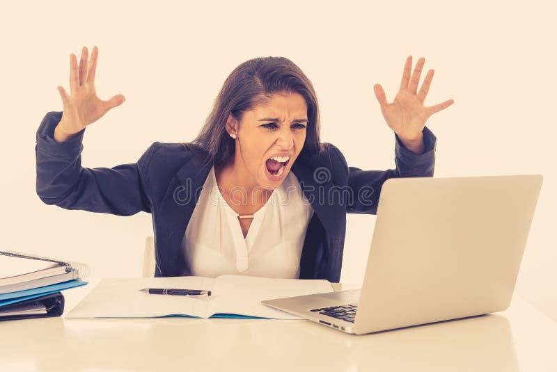 Ilsken rasande stressad och överansträngd affärskvinna som skriker på hennes bärbar dator i krislivsstil och lång tid av arbetsbe fotografering för bildbyråer