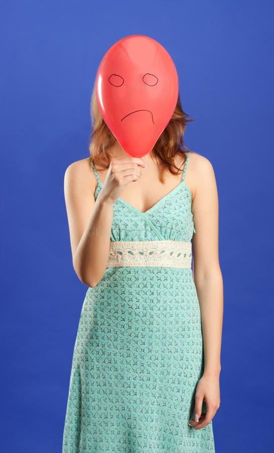 ilsken red för ballongflickaholding arkivbild