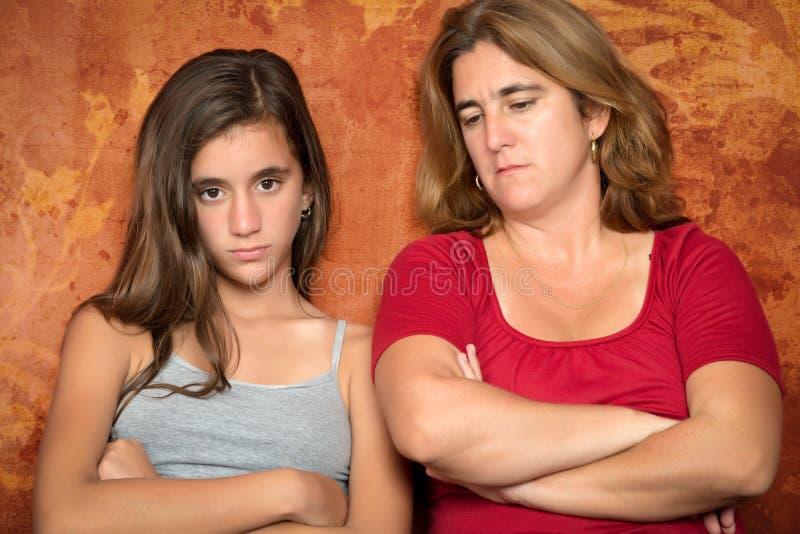 Ilsken tonårs- flicka och hennes bekymrade moder arkivbilder