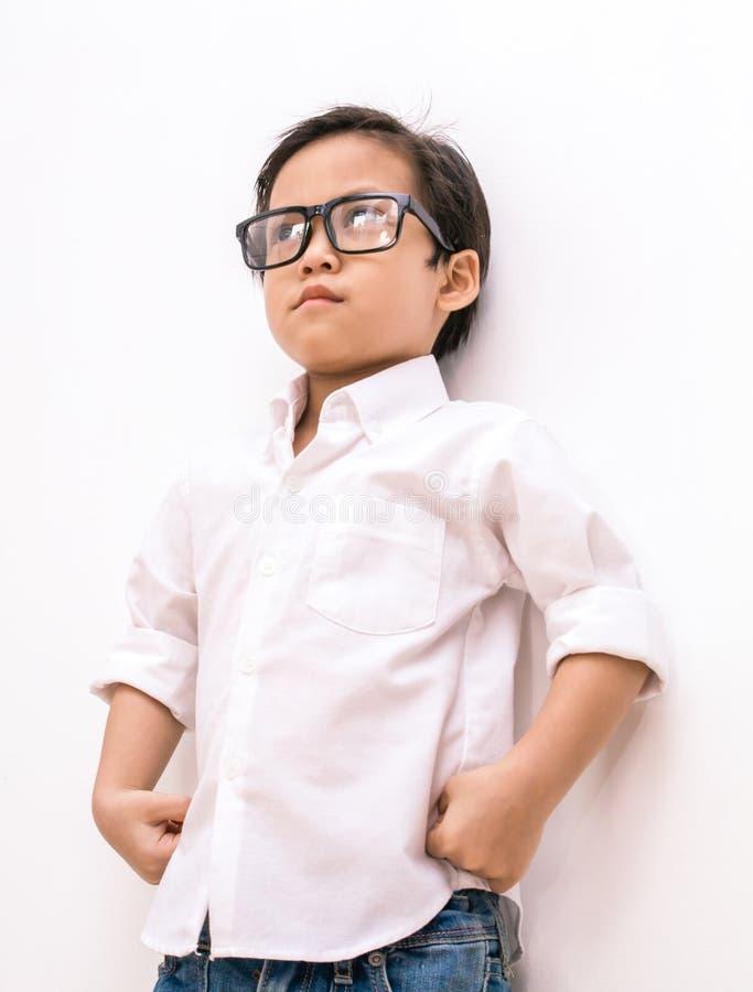 Ilsken ung asiatisk pojke arkivfoto