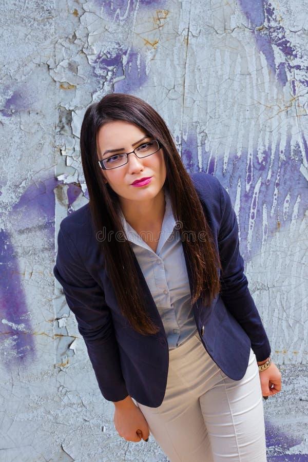 Ilsken ung kontorskvinna fotografering för bildbyråer