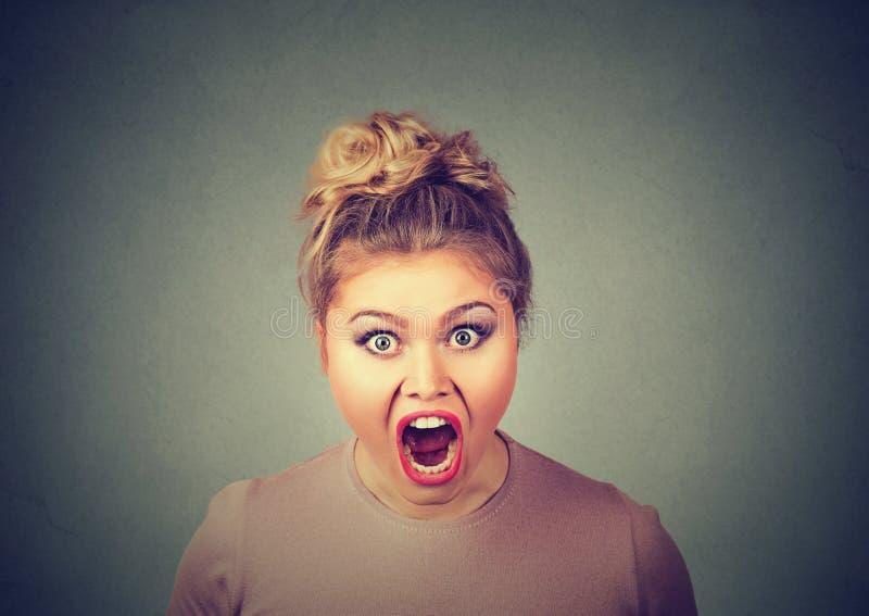Ilsken ung kvinna som har nervöst atom- skrika för sammanbrott royaltyfria bilder