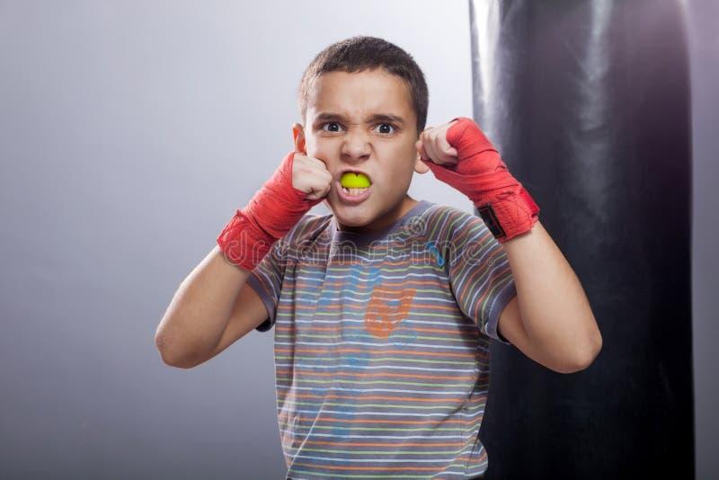 Ilsken ungt barnboxning arkivbild