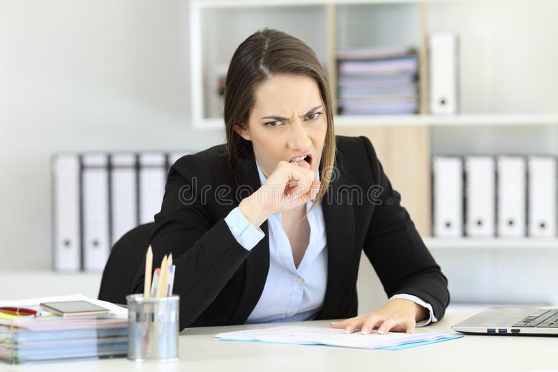 Ilsken utövande seende kamera på kontoret arkivbild