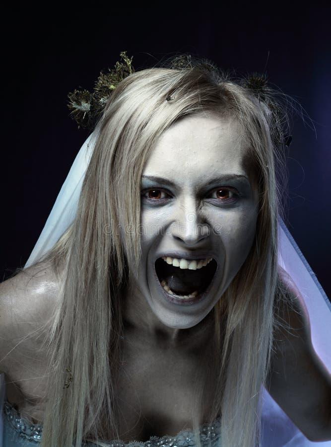 Ilsken zombielikbrud royaltyfria foton