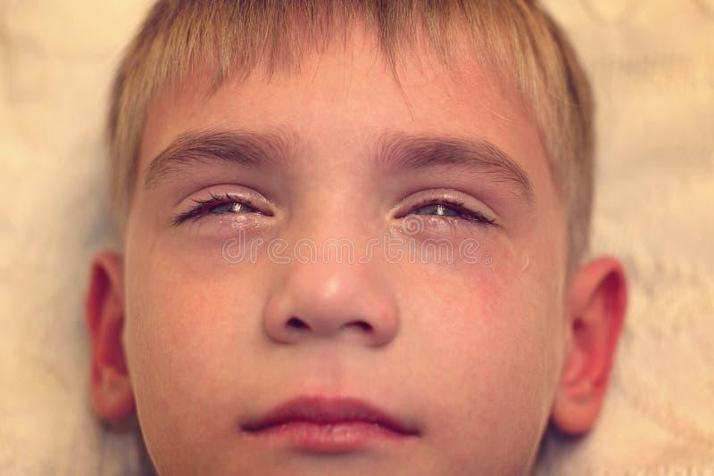 Ilsket, ledset och olyckligt behandla som ett barn barnet ropa och gråta problem royaltyfri fotografi