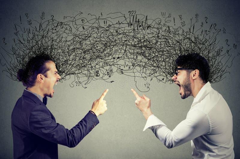 Ilskna män som skriker på de som utbyter med negativa tankar arkivfoto
