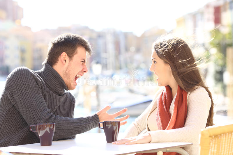 Ilskna par som argumenterar och ropar royaltyfria bilder