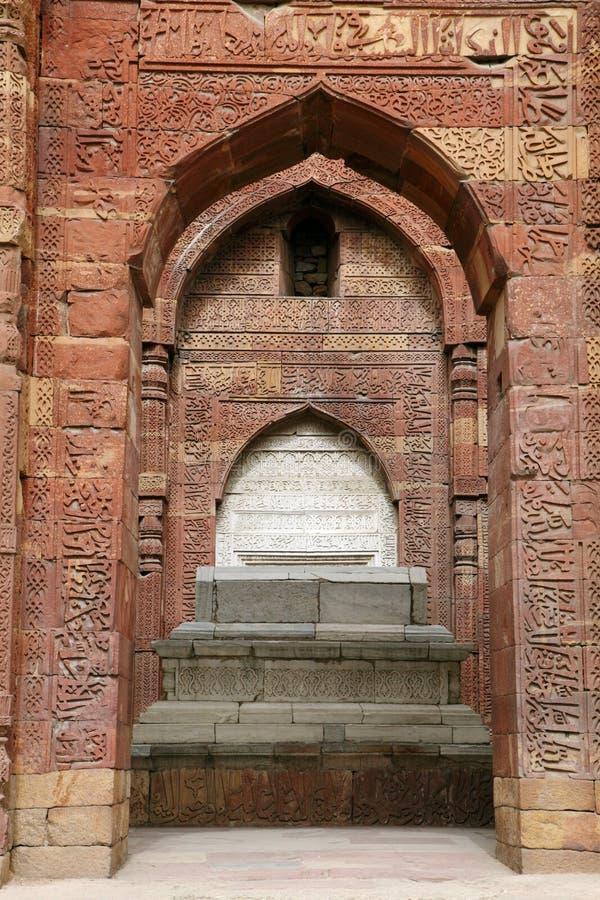 Iltutmish-Grab im Komplex von Qutub Minar mit verwickeltem Design und Kalligraphie lizenzfreie stockfotos