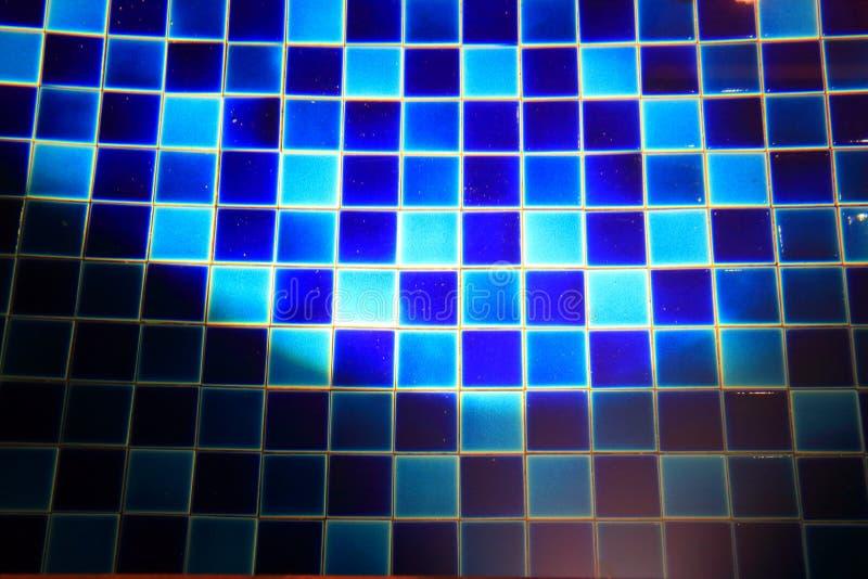 A iluminação brilha no assoalho azul da piscina do azulejo fotos de stock royalty free