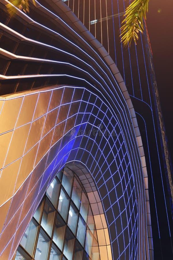 Iluminação conduzida da noite usada na parede de cortina moderna da construção fotografia de stock royalty free