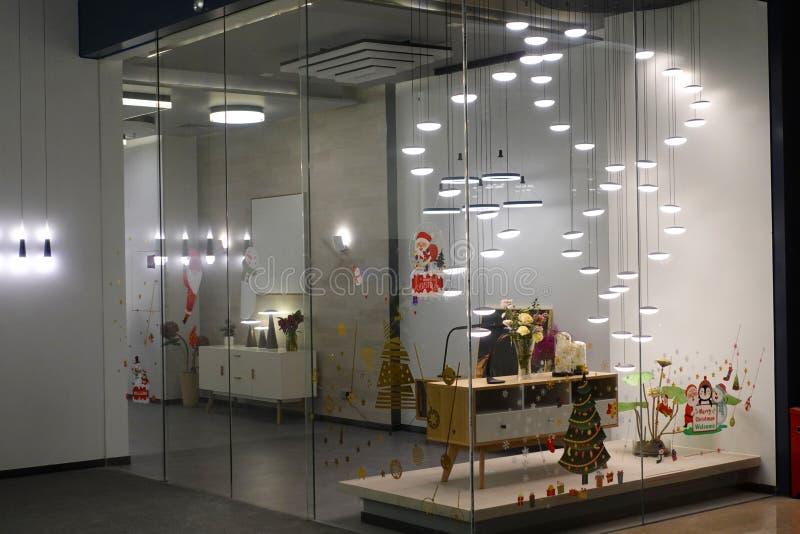Iluminação conduzida do candelabro na janela da loja da construção comercial moderna imagem de stock royalty free