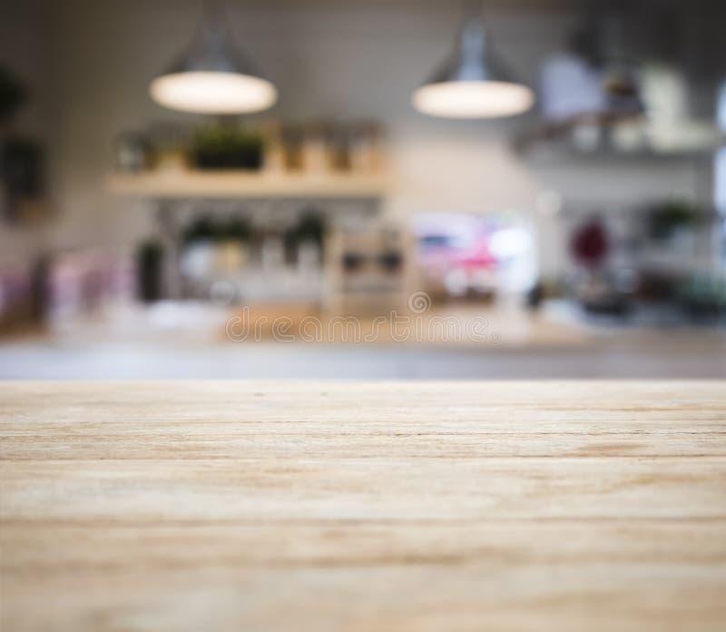 Iluminação contrária de madeira da prateleira da despensa da cozinha do borrão do tampo da mesa foto de stock royalty free