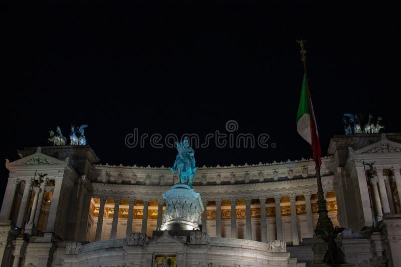Iluminação da árvore de Roma, na praça Venezia As luzes e as bolas vermelhas e amarelas decoram a árvore foto de stock royalty free