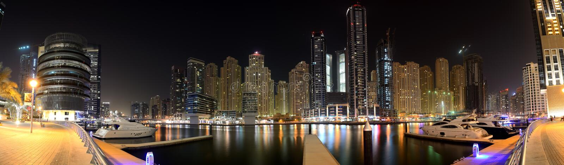 A iluminação da noite do porto de Dubai imagem de stock royalty free