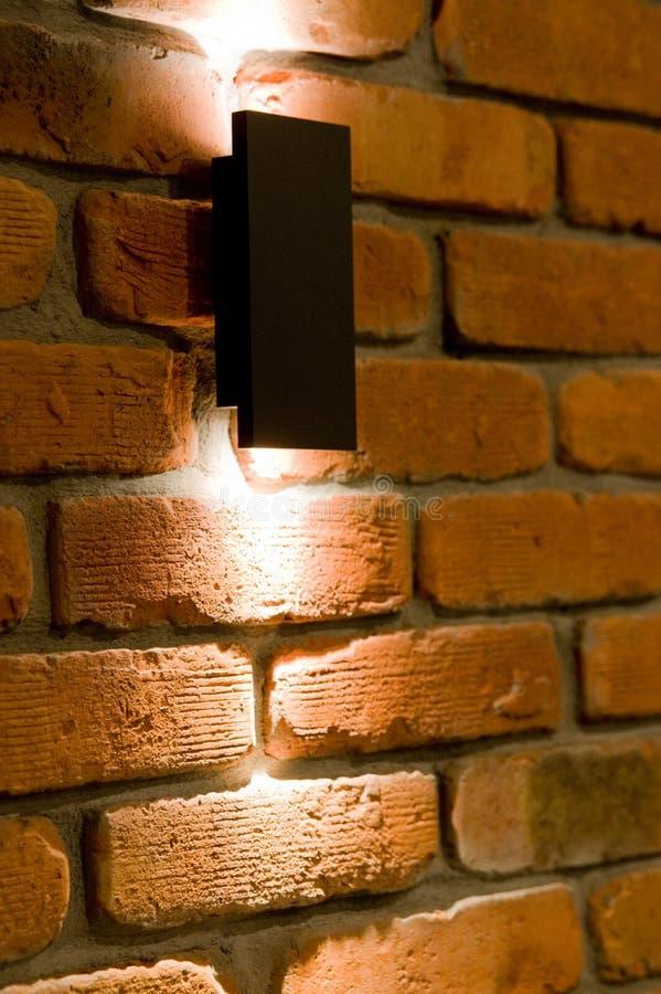 Iluminação da parede do diodo emissor de luz, tijolo vermelho e fundo claro foto de stock
