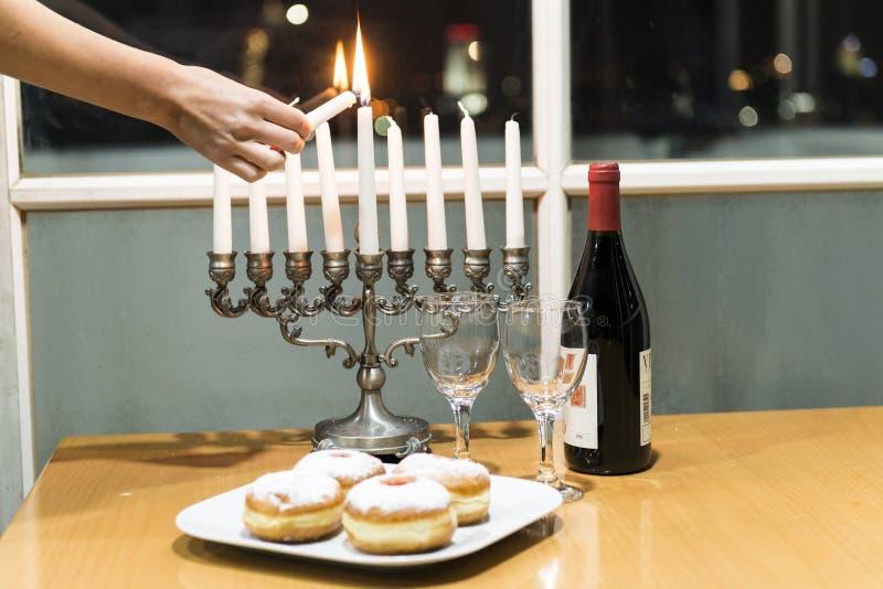 Iluminação das velas para o feriado do Hanukkah foto de stock