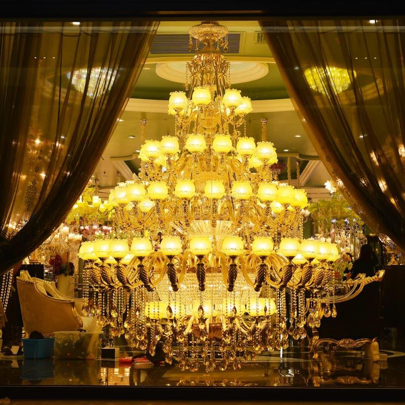 Iluminação de cristal luxuosa gigante fotos de stock royalty free