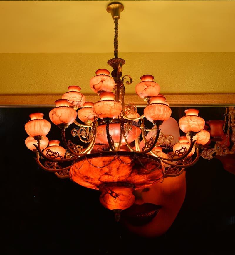 A iluminação de mármore vermelha do candelabro, candelabro de parede da parede, luz morna, a luz da esperança, ilumina acima seu  imagem de stock royalty free