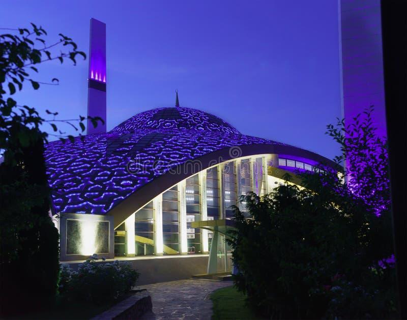 Iluminação de nivelamento brilhante da abóbada da mesquita nomeada após o aymani Kadyrova na cidade de Argun da república chechen imagem de stock
