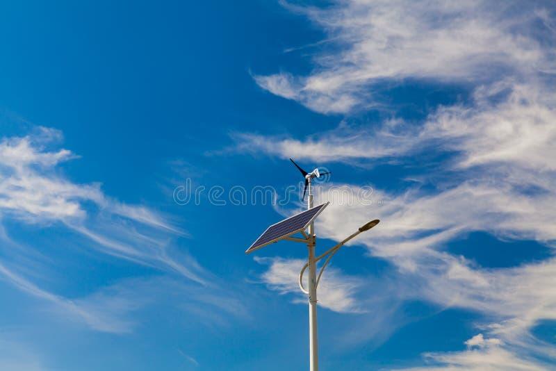 A iluminação de rua trabalha dos painéis solares e dos geradores de vento fotos de stock
