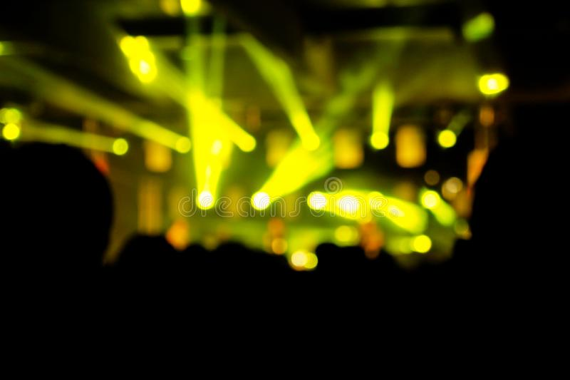 Iluminação Defocused do concerto do entretenimento na fase, fundo colorido foto de stock