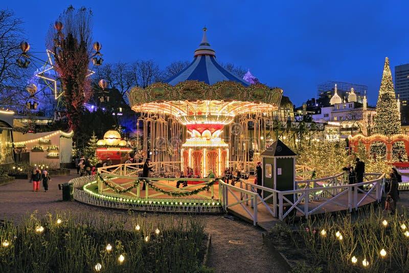 Iluminação em jardins de Tivoli, Copenhaga do carrossel e do Natal imagens de stock