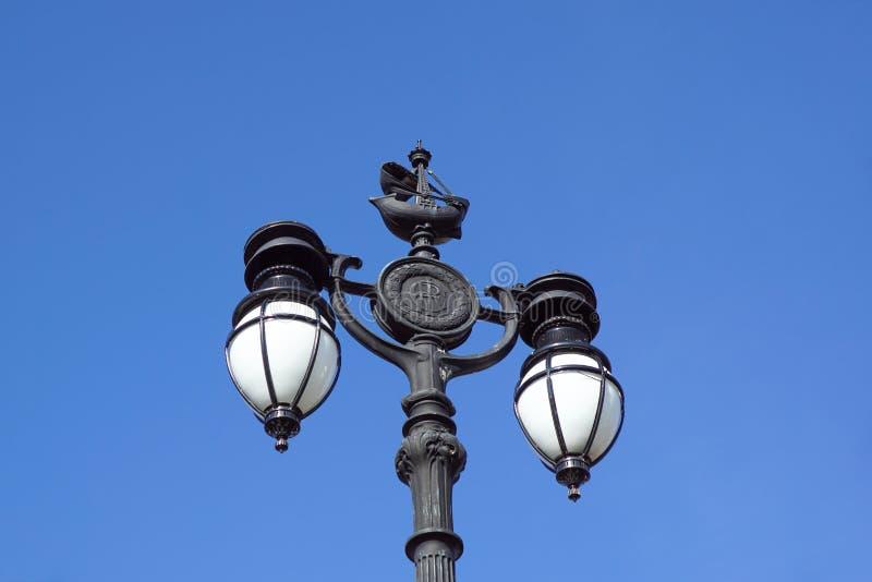 Iluminação pública urbana clássica velha e céu azul foto de stock royalty free
