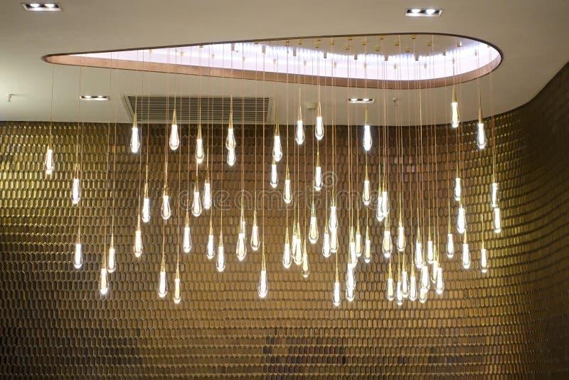 Iluminação redonda conduzida do candelabro na construção comercial moderna fotos de stock royalty free