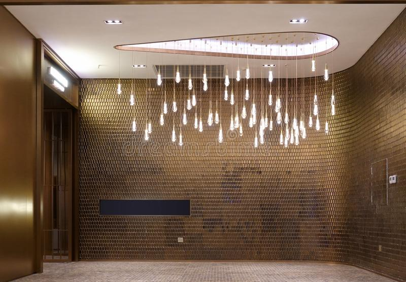 Iluminação redonda conduzida do candelabro na construção comercial moderna fotografia de stock