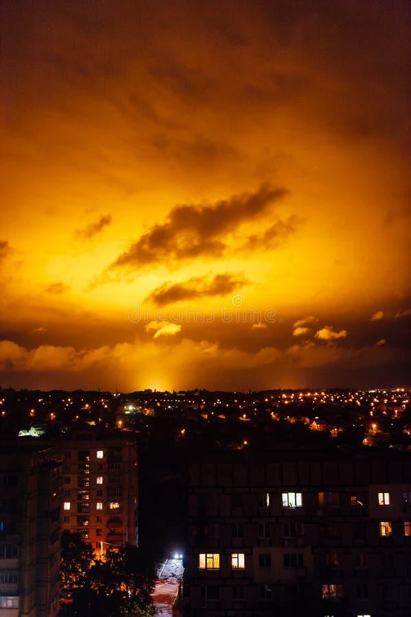 Iluminação vermelha do céu na noite A luz vem de uma estufa com grandes lâmpadas imagem de stock