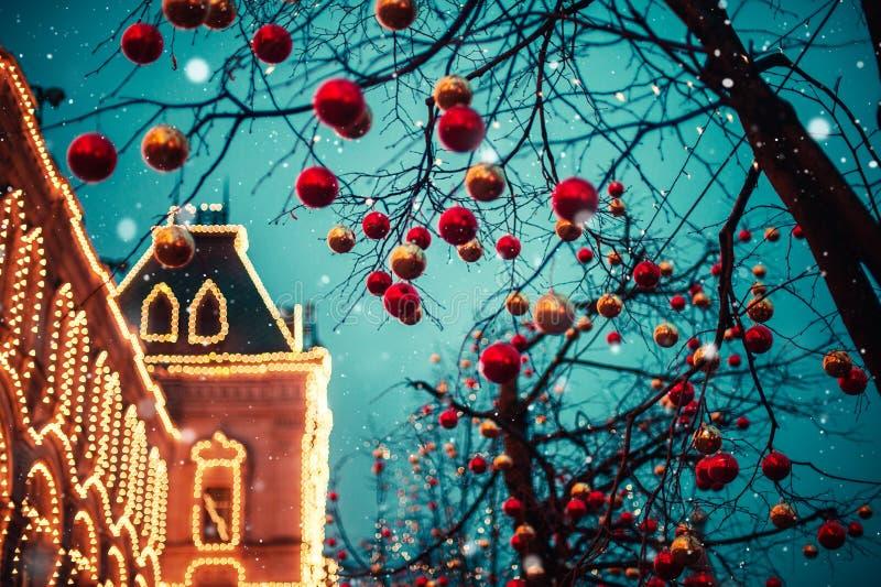 Iluminações festivas nas ruas da cidade Natal em Moscou, Rússia Quadrado vermelho imagens de stock royalty free