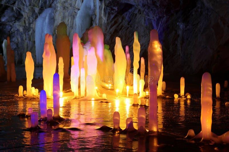 Iluminações surpreendentes do stalagmite na caverna fotos de stock royalty free