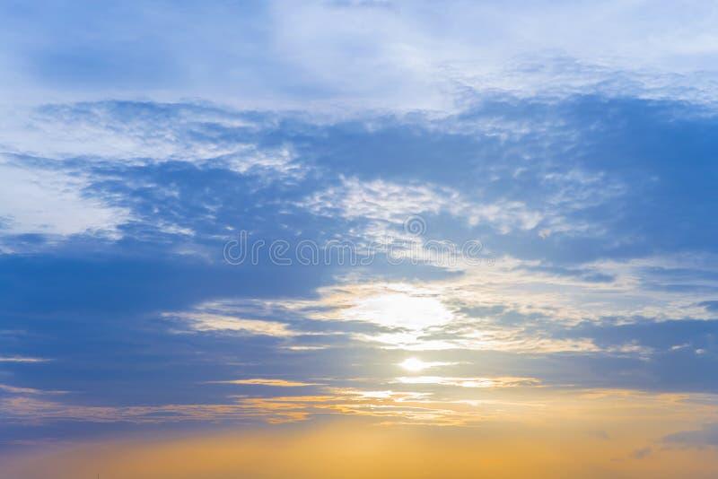 Iluminación amarilla y cielo y nube azules claros Backgrou de la puesta del sol del cielo foto de archivo