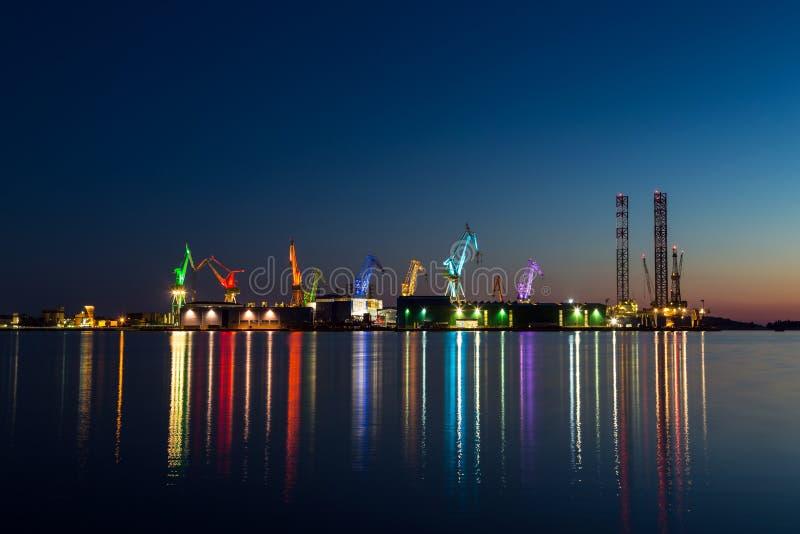 Iluminación arquitectónica colorida en las grúas gigantes foto de archivo