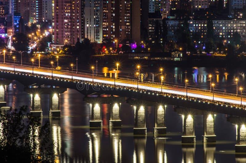 Iluminación arquitectónica de la noche del puente fotos de archivo libres de regalías