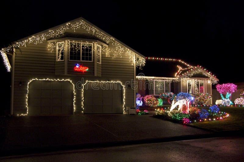 Iluminación casera hermosa de las luces de la Navidad de la casa foto de archivo