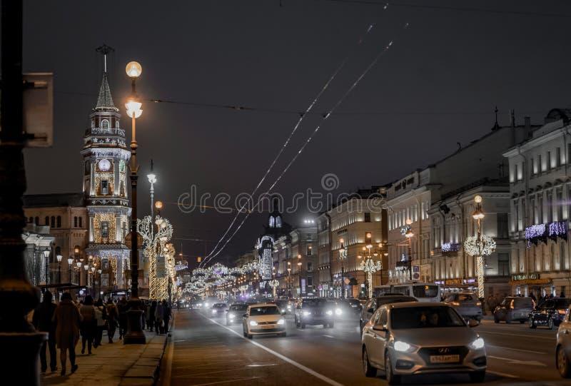 Iluminación constructiva histórica del camino de los coches de la noche de la ciudad de St Petersburg imágenes de archivo libres de regalías