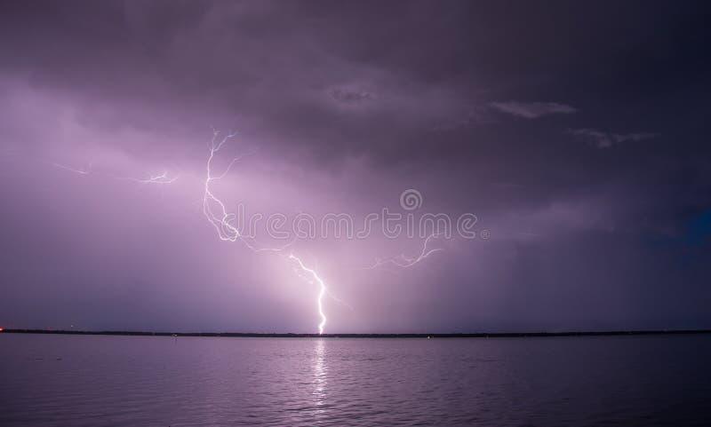 Iluminación de huelga sobre el agua imagen de archivo