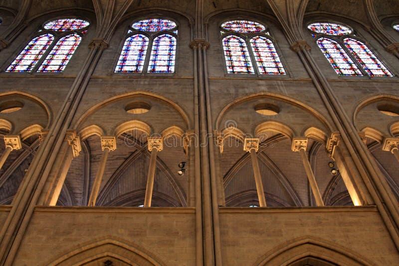 Iluminación de la iglesia y ventanas de cristal de la mancha de óxido imagen de archivo libre de regalías