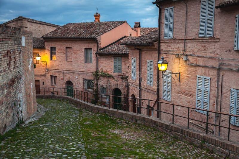Iluminación de la noche, ciudad vieja de Fermo, Italia imagen de archivo