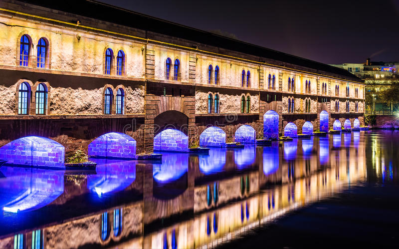 Iluminación de la noche de la presa Vauban (vertedero de Vauban) en Estrasburgo fotos de archivo