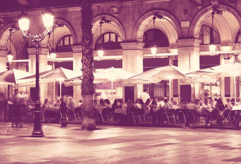 Iluminación de la noche del cuadrado real en Barcelona imagenes de archivo