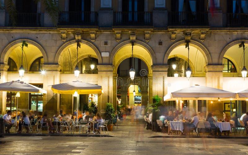 Iluminación de la noche del cuadrado real en Barcelona fotografía de archivo libre de regalías